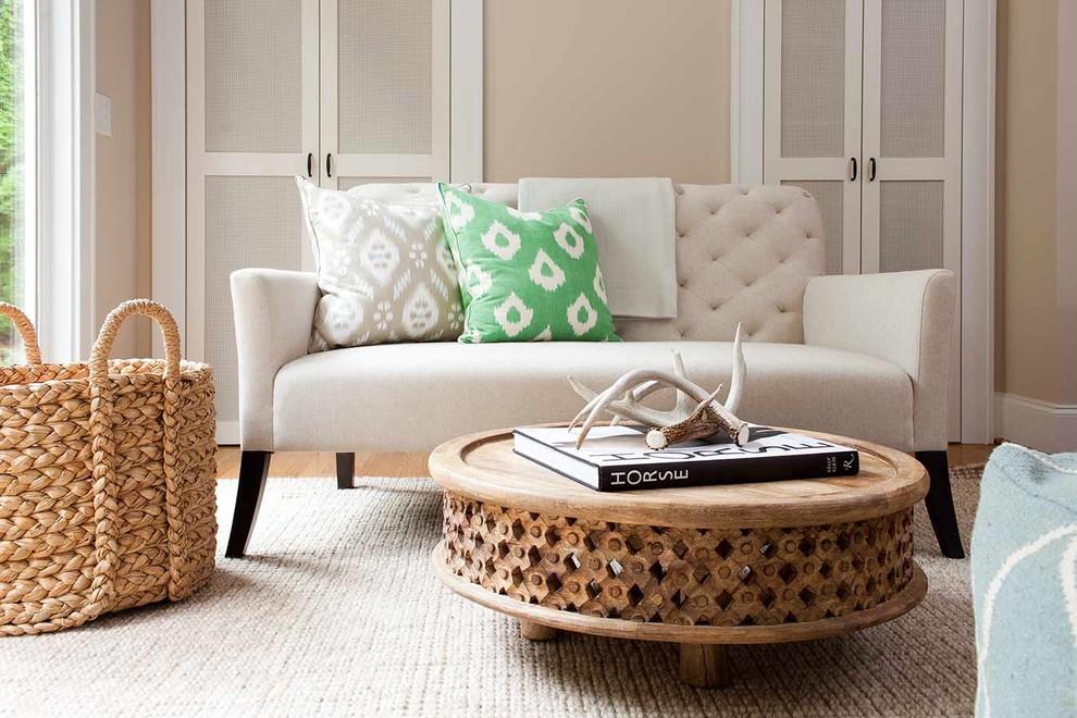 Table basse simple en bois clair non traité, décorée de sculptures.
