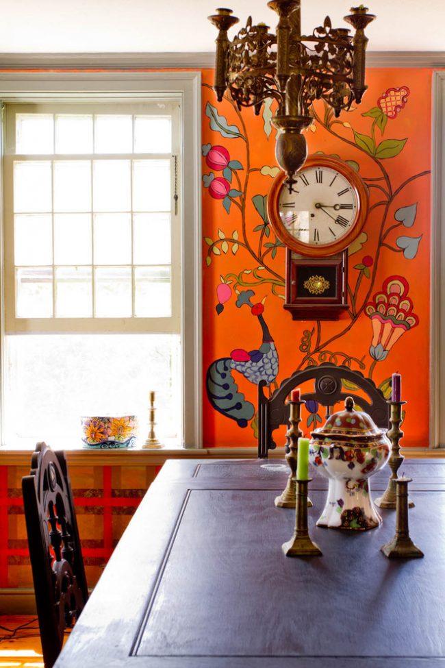 Ornement floral dans la peinture du mur lumineux du salon