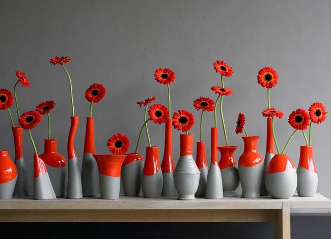 Vous pouvez également créer un décor élégant à partir de diverses bouteilles, vases et autres récipients.