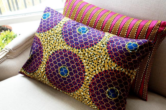 Oreillers lumineux peints en technique batik utilisant des combinaisons inhabituelles de motifs, de couleurs et de nuances