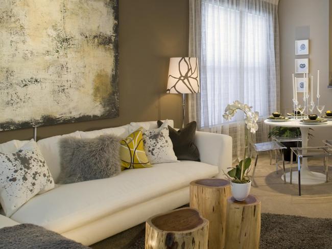 Une variété d'oreillers que vous pouvez créer vous-même décorera le salon