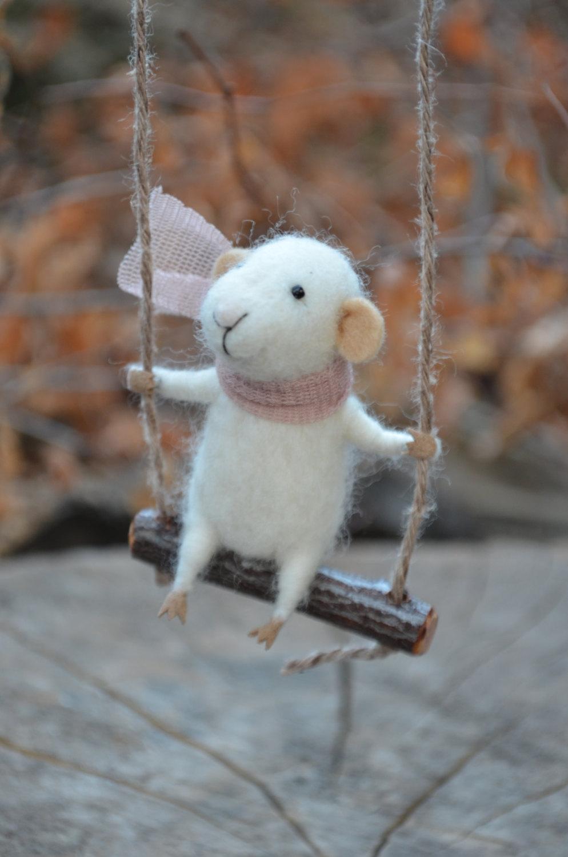 Figurine décorative en laine selon la technique du feutrage.