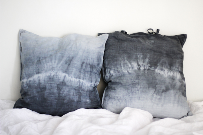 La gradation actuellement populaire de gris et de bleu dans la peinture de coussins décoratifs