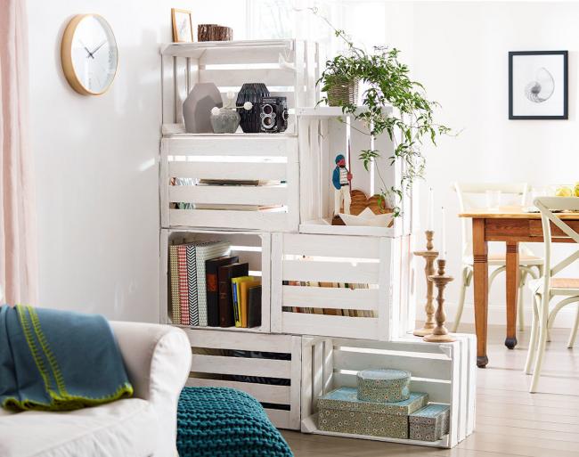 Intérieur moderne avec étagères en caisses en bois