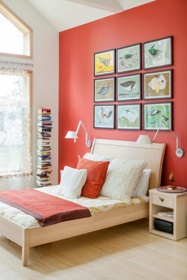 L'espace au-dessus de la tête du lit peut être rempli avec succès avec un panneau de peintures dans des cadres contrastés.