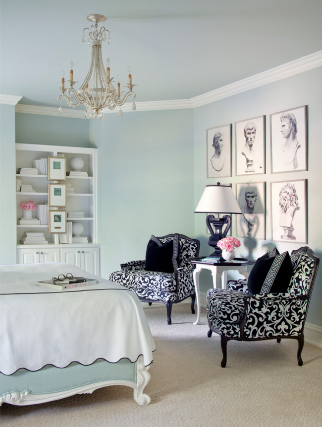 Un exemple de décoration d'un mur à l'aide d'images dans un intérieur de style classique