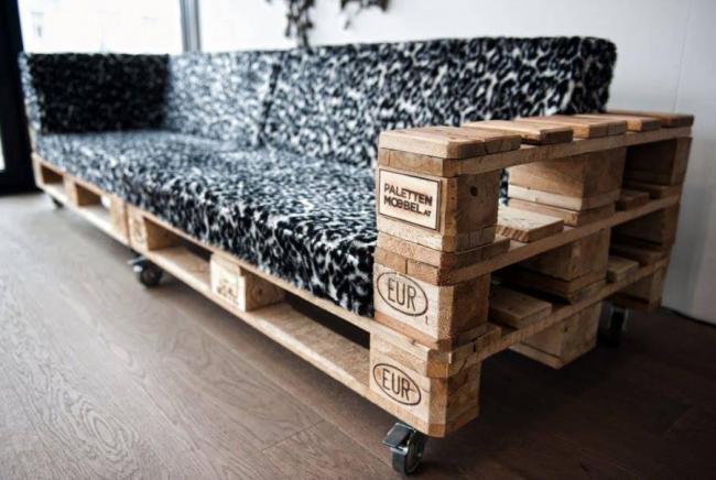 Les meubles créés à partir de palettes en bois peuvent également être utilisés comme décoration intérieure.