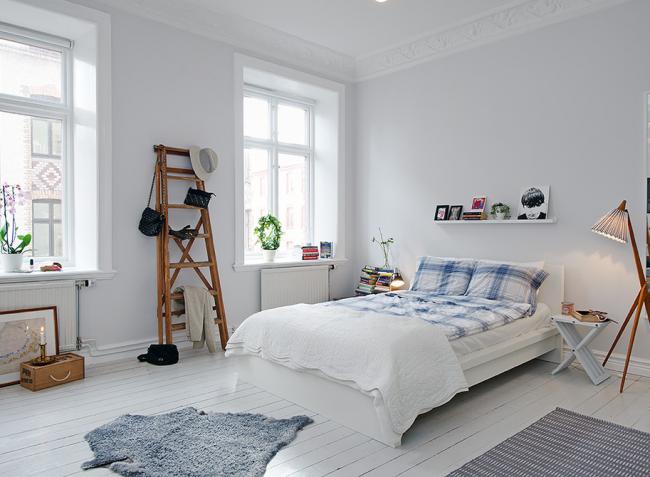 La chambre scandinave sera agrémentée d'un escabeau décoratif pouvant servir de cintre