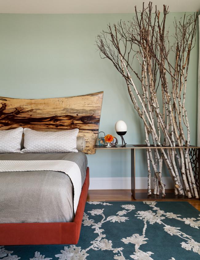 Une solution inhabituelle pour décorer la tête du lit.  Un bois massif, presque non traité, a été utilisé ici.