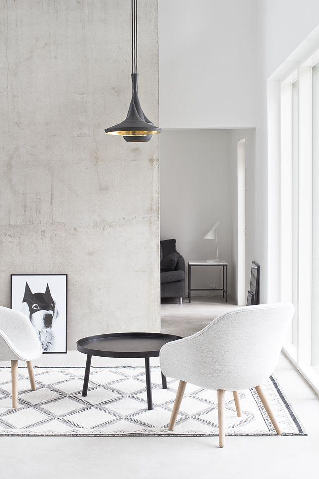 Une combinaison réussie de noir et blanc à l'intérieur du salon