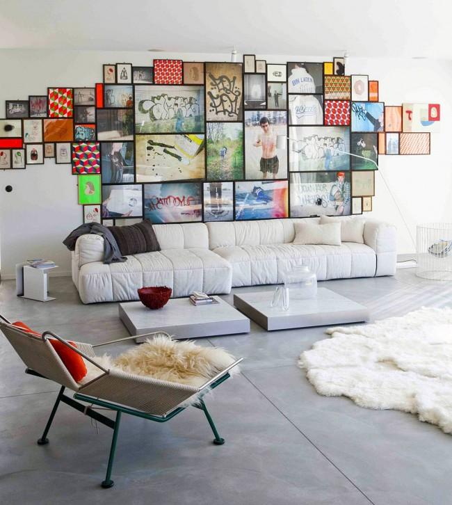 Salon avec galerie photo contrastée