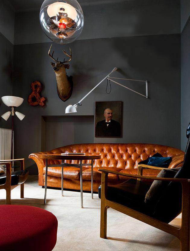 Intérieur du salon avec murs noirs et meubles rétro