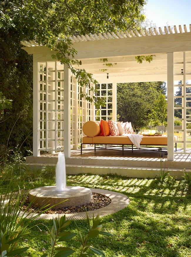 Aménagement pratique et beau d'un belvédère pergola pour s'abriter du soleil et se détendre