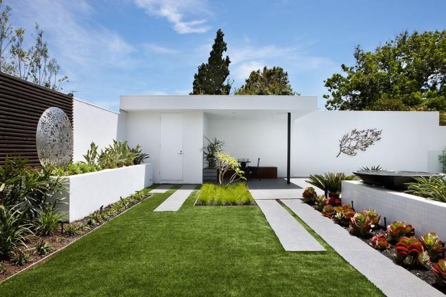 La construction sur le site est non seulement pratique, mais aussi esthétique.  Les bâtiments en pierre peinte en blanc (et parfois en brique) sont une caractéristique des domaines méditerranéens