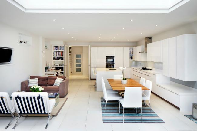 La couleur blanche dans la décoration de la pièce aidera à agrandir visuellement l'espace.