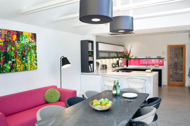 Des éléments de décoration lumineux aideront à diversifier votre design et à le rendre plus expressif.