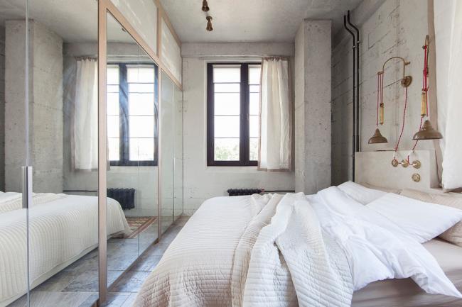 Une armoire coulissante avec des portes en miroir est une excellente option pour augmenter visuellement l'espace d'une petite chambre