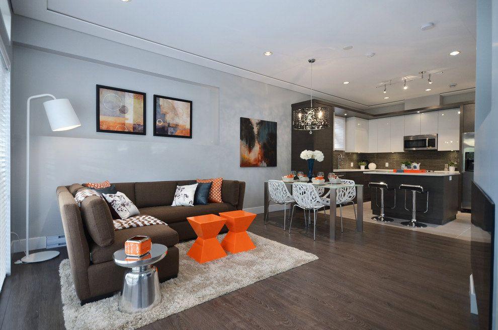 La conception combinée d'un appartement de deux pièces transforme le salon, la cuisine et la salle à manger en une seule zone