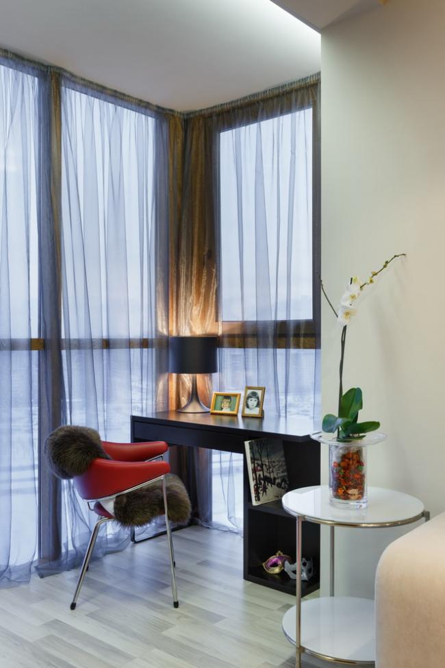La loggia de l'appartement peut être convertie de manière plus fonctionnelle - par exemple, pour un lieu de travail