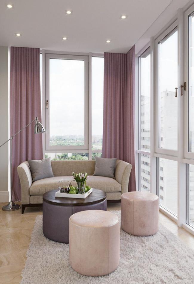 Si vous combinez un balcon avec une chambre, vous pouvez obtenir un excellent espace pour recevoir des invités.