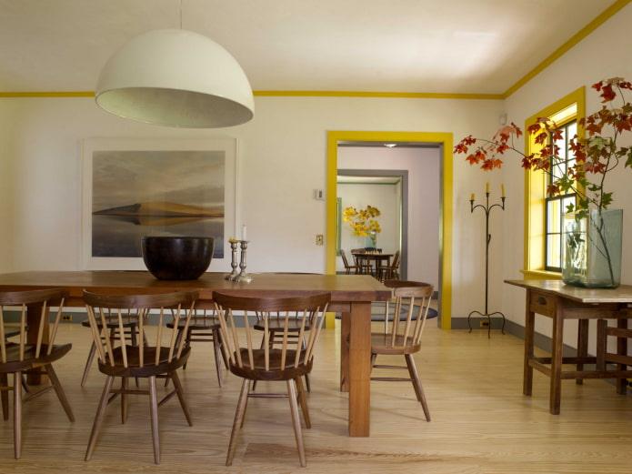 filets de plafond jaunes à l'intérieur