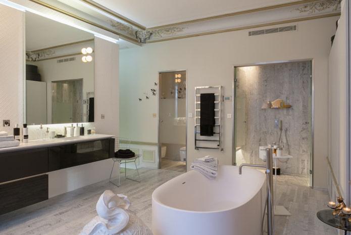 filets de plafond dans la salle de bain