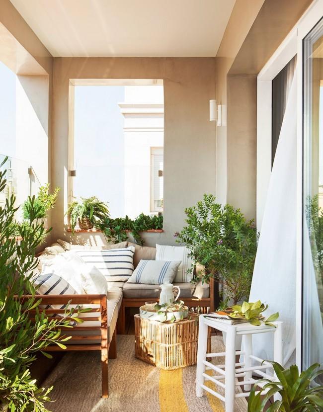 Malgré les limitations d'espace, le balcon peut devenir un endroit magnifique et confortable.