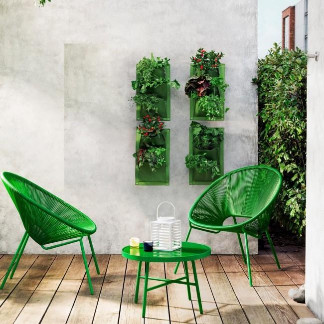 Les meubles verts sont contrastés et très intéressants sur fond de murs clairs.