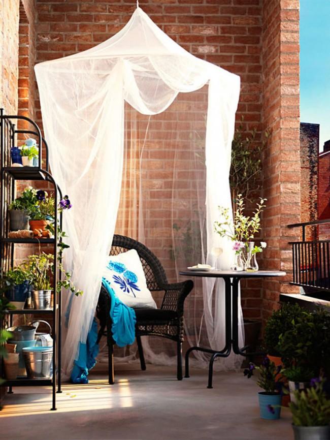 Une combinaison harmonieuse d'un auvent léger et de l'intérieur d'un balcon ouvert