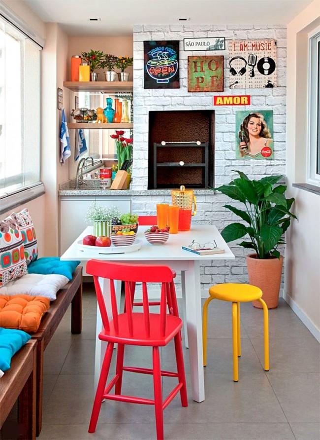 Cuisine pop art installée sur un petit balcon