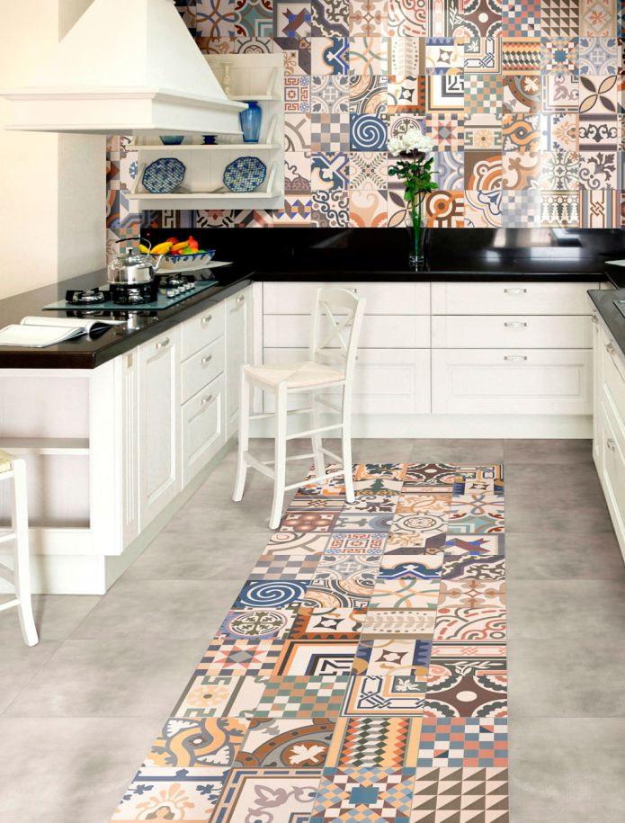 Carreaux patchwork sur le sol et le tablier de la cuisine