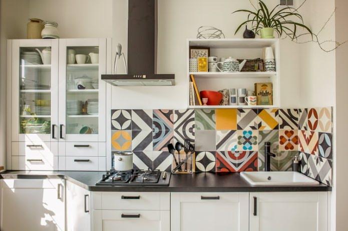 carreaux de patchwork sur le dosseret de la cuisine