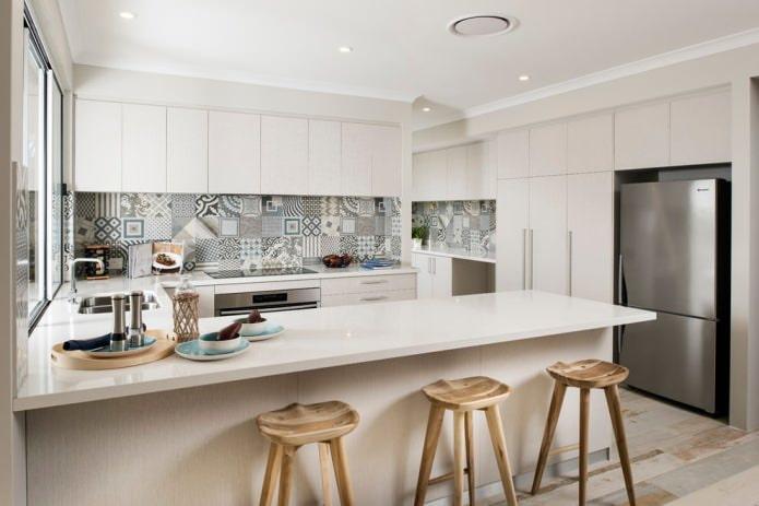 Carreaux de patchwork dans la cuisine dans le style du minimalisme