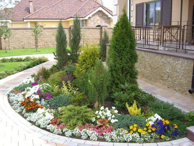 Mixborder de vivaces fleuries et d'arbustes d'ornement