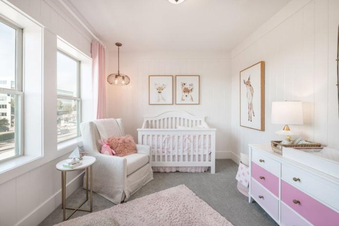 Chambre de bébé blanche et rose pour tout-petit