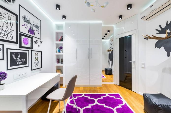 Chambre de bébé avec des détails violets