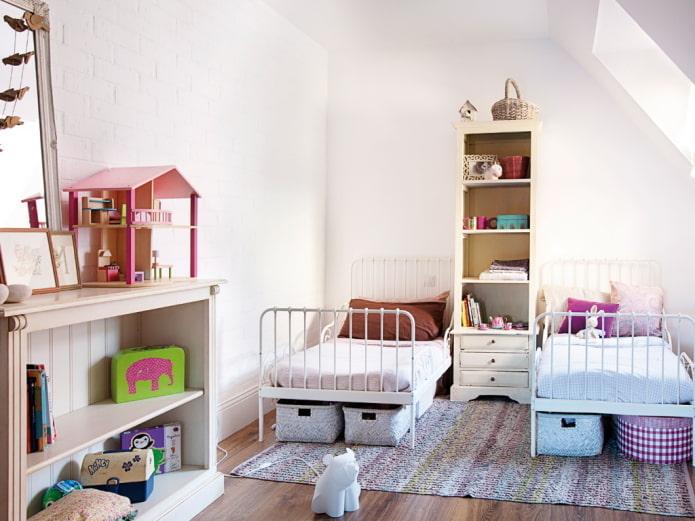 rangement d'objets à l'intérieur de la chambre pour enfants de sexes différents