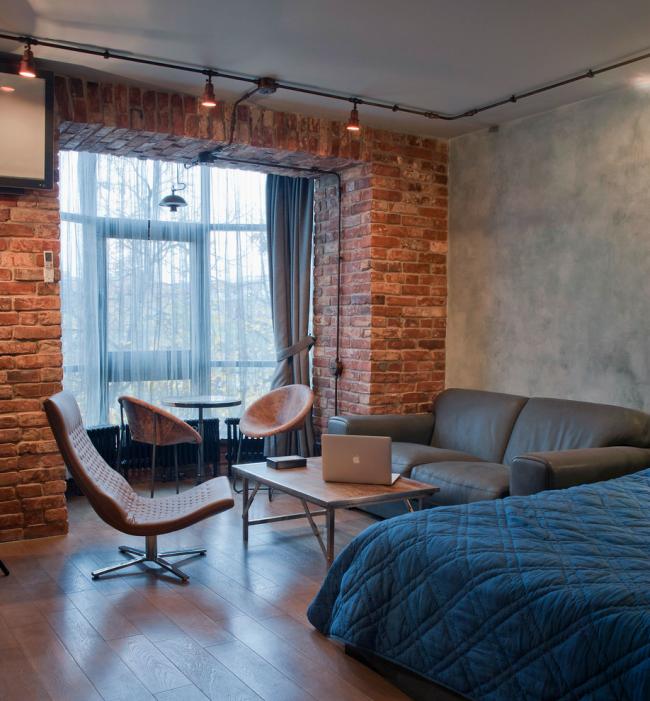 Une combinaison efficace de briques et de murs en béton à l'intérieur d'un loft