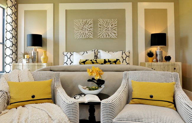 Une façon populaire consiste à placer le lit derrière le dos d'un fauteuil ou d'un canapé.  Dans ce cas, vous devez prêter suffisamment d'attention à la décoration murale en tête de lit.