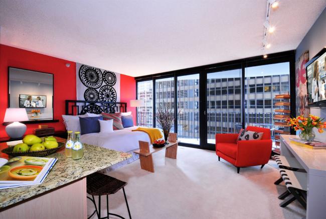 La couleur rouge dans la décoration des murs de la chambre est une décision très audacieuse.