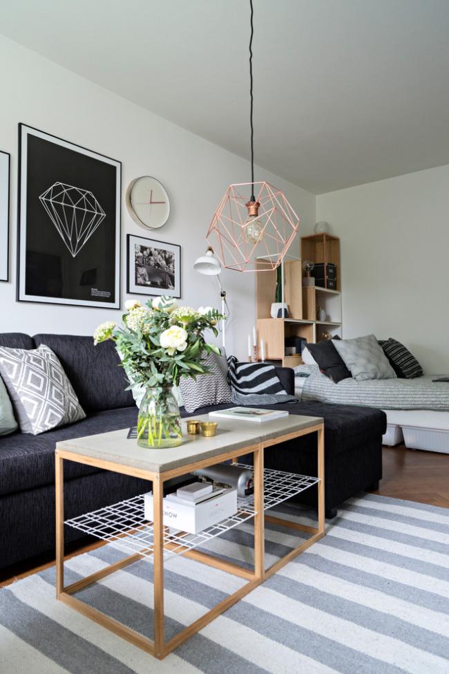 Petite chambre-salon, décorée dans un style moderne