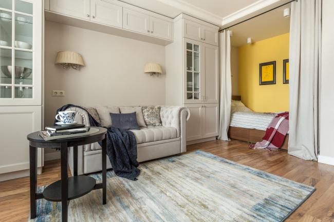 Rideaux dans la couleur des murs et des meubles