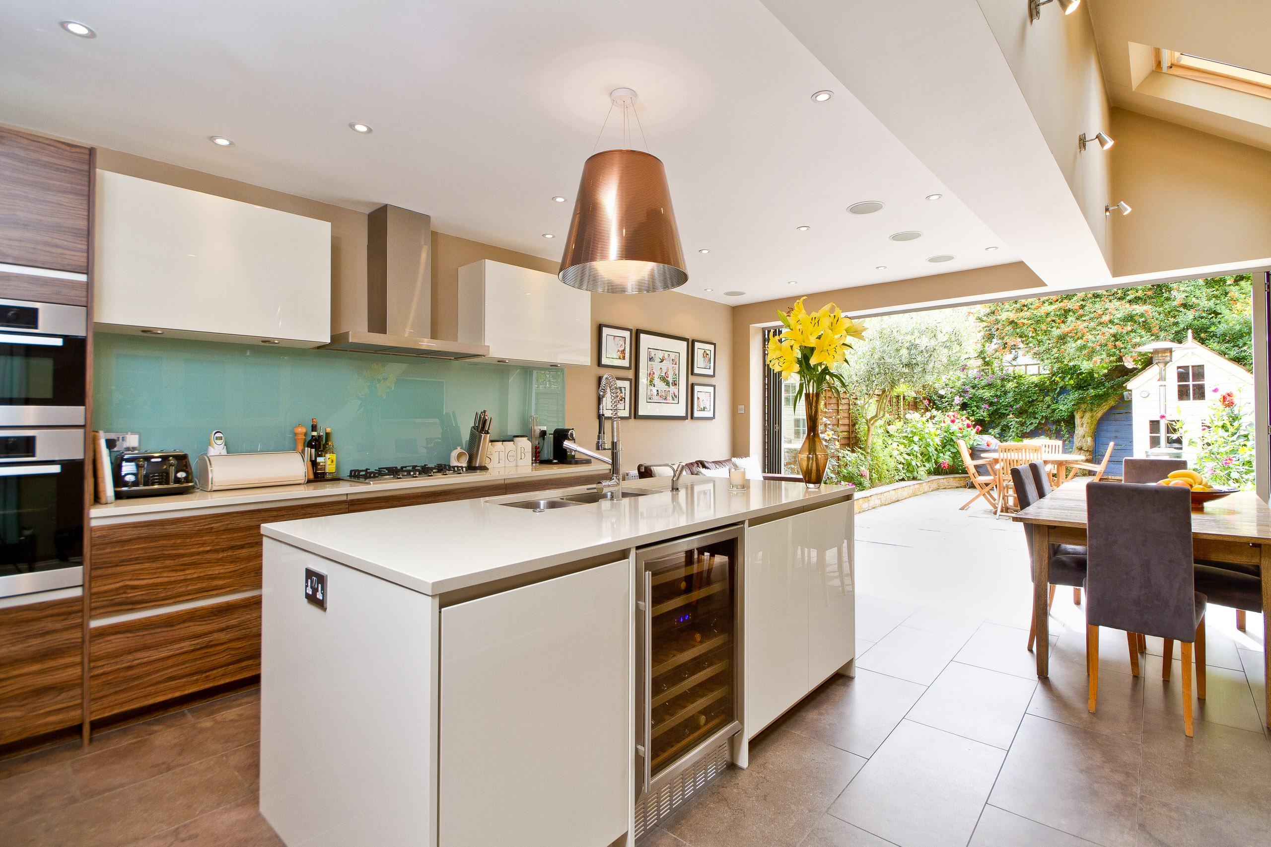 Cuisine élégante d'une maison privée avec accès à la terrasse