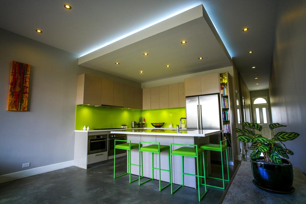 La toile colorée en verre brillant rafraîchit l'intérieur de la cuisine