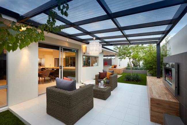 Véranda attachée à la maison avec un toit en polycarbonate