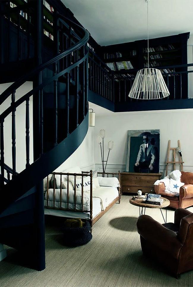 Logement à deux étages avec un escalier en colimaçon
