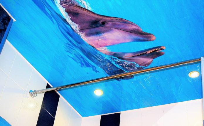 plafond avec une photo de dauphins dans la salle de bain
