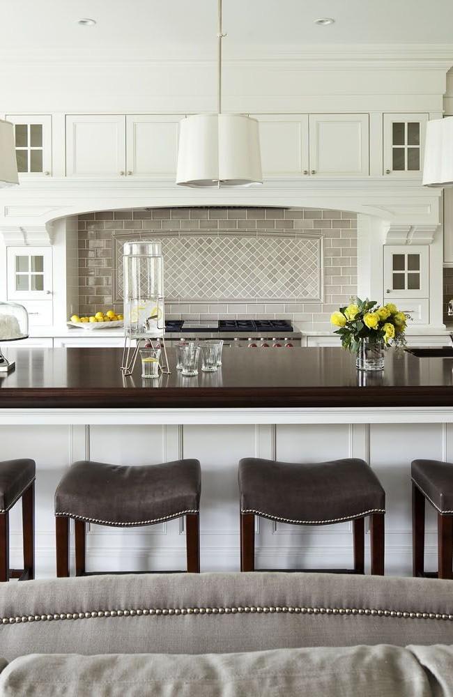 L'espace dans les cuisines américaines donne une belle apparence aux tables de cuisson des îles.