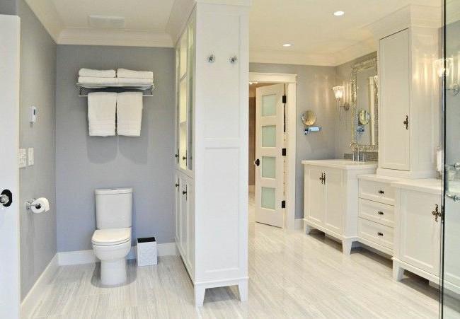 La salle de bain combinée économise de l'espace