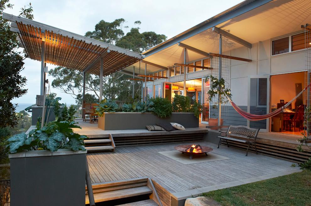 La terrasse légère se marie à merveille avec le design de la maison moderne